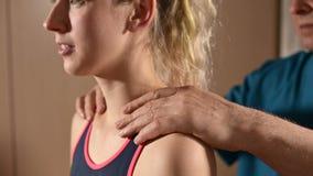 男性手工发自内心的治疗师男按摩师治疗一名年轻女性患者 给肩膀和脖子加热 股票录像