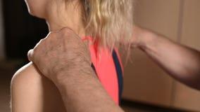 男性手工发自内心的治疗师男按摩师治疗一名年轻女性患者 给肩膀和脖子加热 影视素材