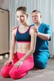男性手工发自内心的治疗师男按摩师治疗一名年轻女性患者 肩膀和前臂的诊断 图库摄影