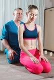 男性手工发自内心的治疗师男按摩师治疗一名年轻女性患者 肩膀和前臂的诊断 免版税库存图片