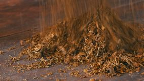 男性手弄皱烟草干燥叶子在桌上的 股票录像