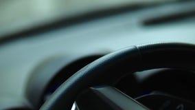 男性手扭转汽车的方向盘 司机被喝 特写镜头 股票视频