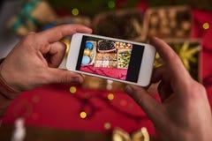 男性手拍圣诞节装饰照片  免版税库存图片