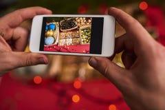 男性手拍圣诞节装饰照片  免版税库存照片