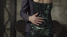 男性手拥抱的妇女的亭亭玉立的腰部户内 股票录像