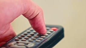 男性手按的遥控按钮特写镜头  影视素材