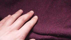 男性手接触在的丙烯酸酯的毛线衣纺织品购物的一种光滑的伯根地颜色 影视素材