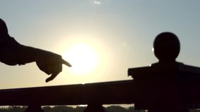 男性手步行的两个手指沿桥梁路轨的在日落在Slo Mo 股票视频