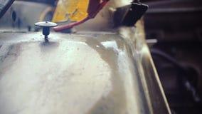 男性手清洗汽车零件表面  影视素材