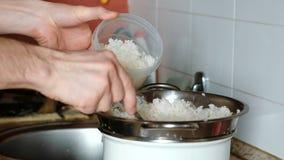 男性手特写镜头涂了在塑胶容器的米滤锅 股票录像