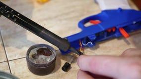 男性手特写镜头焊剂2导线 电气用品修理,焊接的锡 影视素材