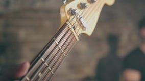 男性手特写镜头震动弹电吉他的音乐家 股票视频
