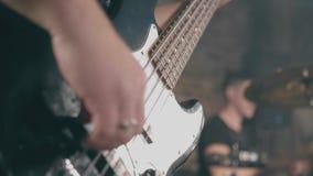 男性手特写镜头震动弹电吉他的音乐家 股票录像