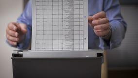男性手特写镜头毁坏文件 为破坏的女性手报告服务 影视素材
