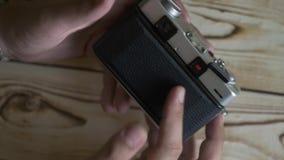 男性手特写镜头设置了新的影片 35mm照相机slr葡萄酒 测距仪照相机 股票录像