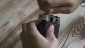 男性手特写镜头设置了新的影片 35mm照相机slr葡萄酒 测距仪照相机 影视素材