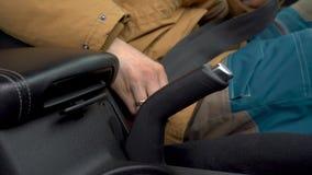 男性手紧固汽车安全安全带,当坐在车里面时在驾驶前 影视素材