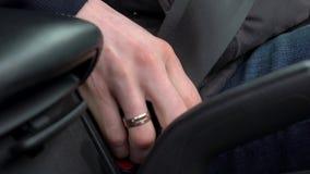 男性手紧固汽车安全安全带,当坐在车里面时在驾驶前 股票视频