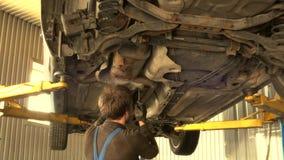 男性技工松开汽车底下保护螺栓 股票录像