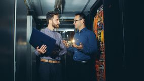 男性技术员在服务器屋子得到指示由他的同事 股票录像
