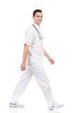男性护士走 免版税库存图片