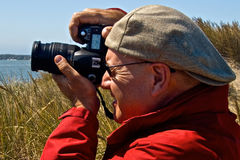 男性摄影师佩带的盖帽向后 库存照片
