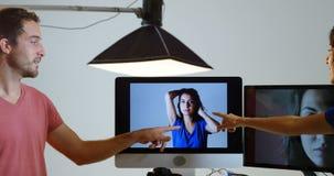 男性摄影师和模型谈论在照片4k 影视素材