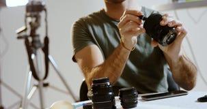 男性摄影师清洁摄象机镜头4k 股票录像