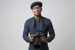 男性摄影师演播室画象有照相机的 图库摄影