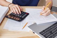 男性播种的射击计算,写财政报告,学习文件,写与铅笔 Worklace专业accountan 免版税图库摄影