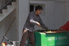男性擦净剂在工作 免版税库存照片