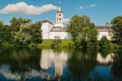 男性教会建筑学在池塘附近的 免版税库存照片