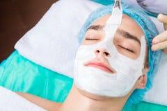 男性整容术 使用整容术服务的年轻美丽的人 免版税库存照片