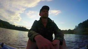 男性旅游有休息在明轮船以后 行动凸轮, slowmo 影视素材