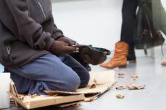 男性无家可归者乞求 库存照片