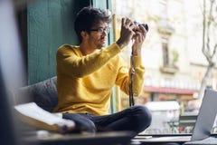 年轻男性时尚博客作者和profesional摄影师 图库摄影