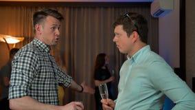 男性朋友饮料香槟和谈话 影视素材