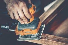 男性木匠在工作 库存图片