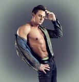 男性模型性感的时尚画象在时髦的衣裳的有强健的身体的 库存图片