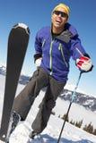 男性横穿全国滑雪者 库存图片
