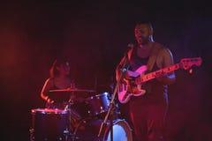 男性歌手和女性鼓手执行 库存图片