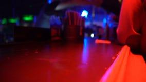 男性水杯酒精特写镜头在酒吧柜台在夜总会,夜生活的 影视素材