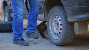 男性汽车机械师松开坚果在一辆汽车的轮子有板钳的 股票录像