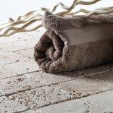 男性温泉的概念与干净和滚动毛巾 免版税库存照片