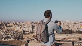 男性游人拍耶路撒冷智能手机照片  欧洲有胡子的人享受古镇风景 以色列 慢的行动 影视素材