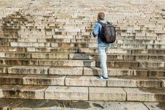 男性游人爬上花岗岩台阶 免版税图库摄影