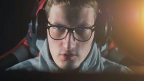 男性游戏玩家投入耳机并且开始谈 股票录像