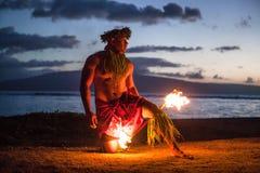 男性火舞蹈演员在夏威夷 库存图片