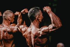 男性爱好健美者展示二头肌和背部肌肉 免版税库存图片