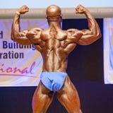 男性爱好健美者显示力量并且显示他的最佳的体质 免版税图库摄影